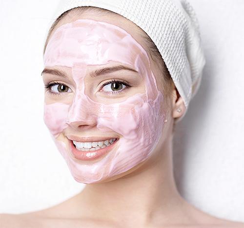 В качестве дополнительного средства ухода за кожей лица можно использовать маски с витамином Е